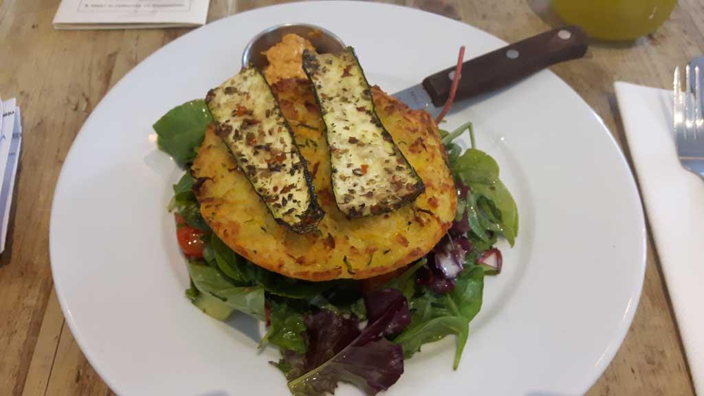 Vegetarischer Käse-Karotten Burger mit gegriller Zucchini in The Natural Kitchen