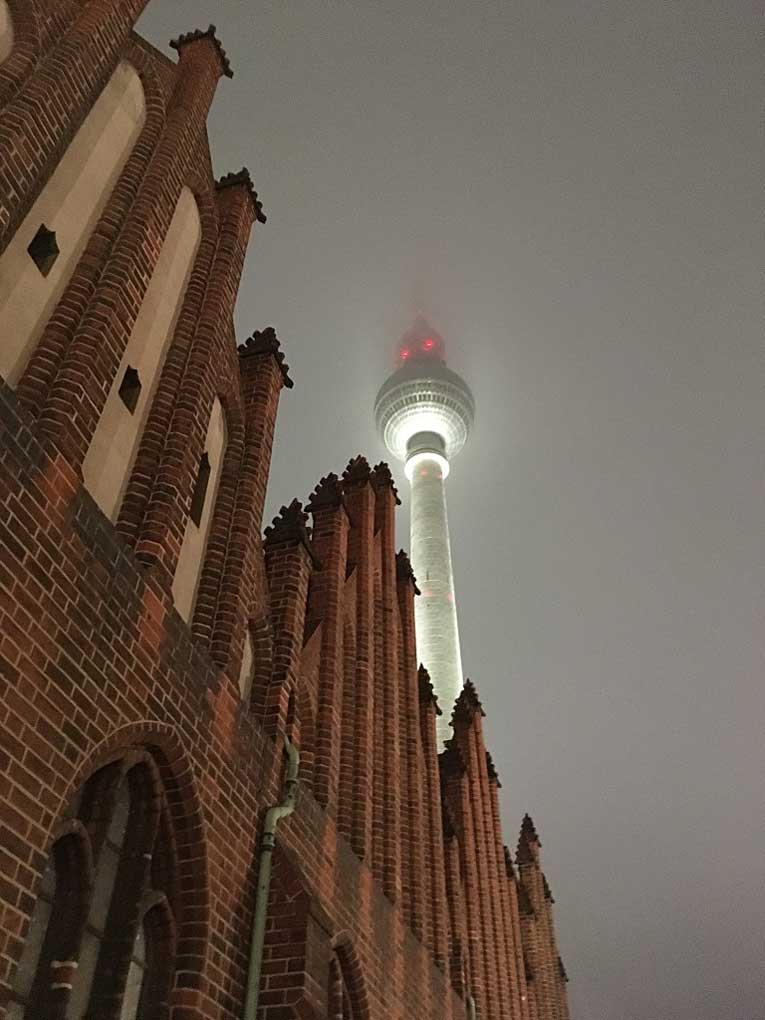 Berliner Fernsehturm bei Nebel