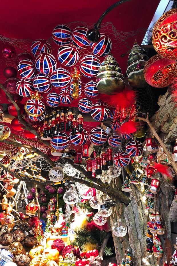 Weihnachtskugeln auf dem Weihnachtsmarkt am Gendarmenmarkt