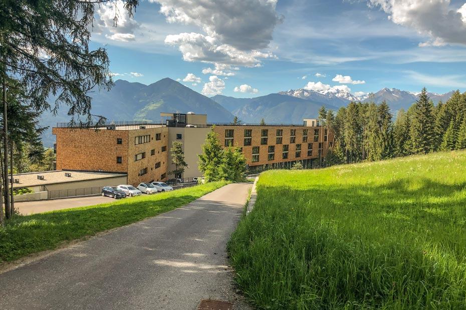 Hotelansicht vom Wald gesehen