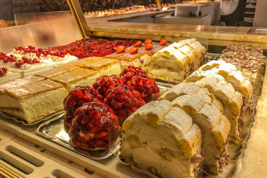 Die Auswahl an süßen Köstlichkeiten im Café Zauner ist groß